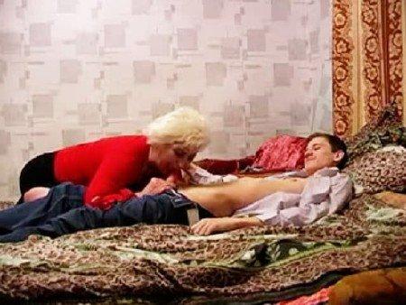 Маманя попалила сыночка за дрочкой