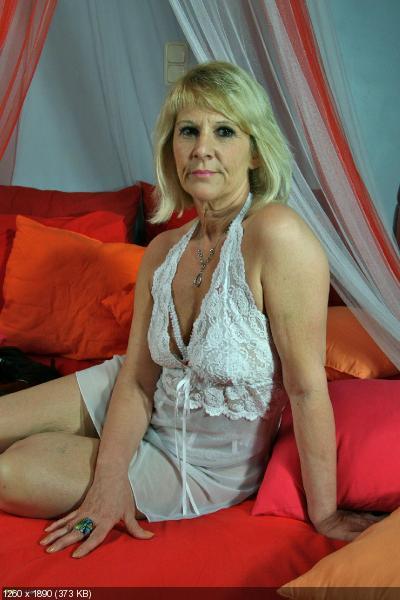 NAKED NAKED MATURE OLDER WOMAN
