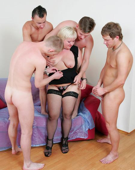 Толпа молодых самцов разрывают блондинку