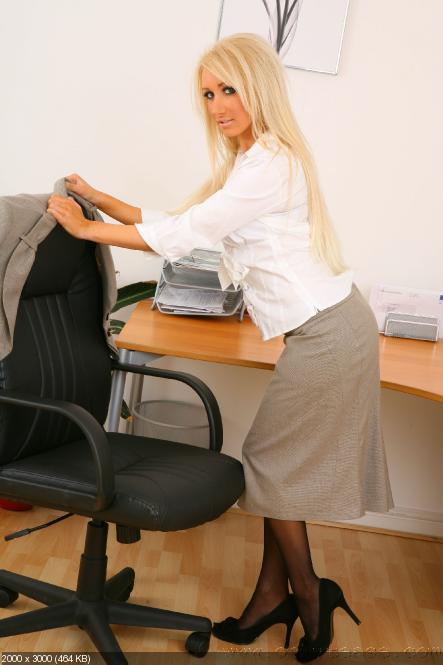 Блондинка в офисе моему