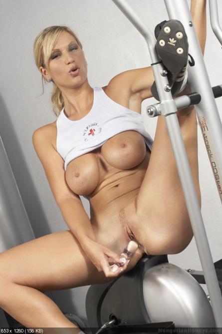 Трансвестита дрочит в спортивном зале