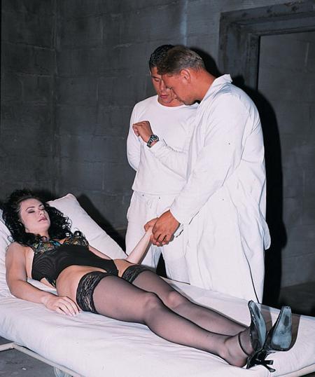 Расплатилась с докторами своими щелками