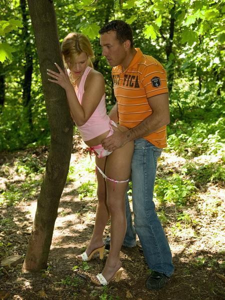 Приятная прогулка по парку с горячей подружкой
